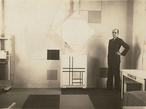 Piet Mondriaan in zijn atelier in Parijs, 1933. (Collectie H.F. Elout)