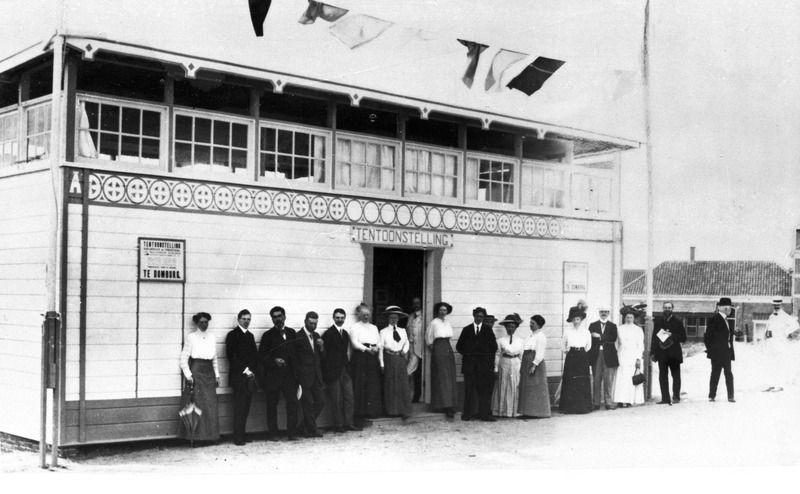Deelnemers aan de zomertentoonstelling 1912 voor het tentoonstellingsgebouwtje. (Zeeuwse Bibliotheek, Beeldbank Zeeland)