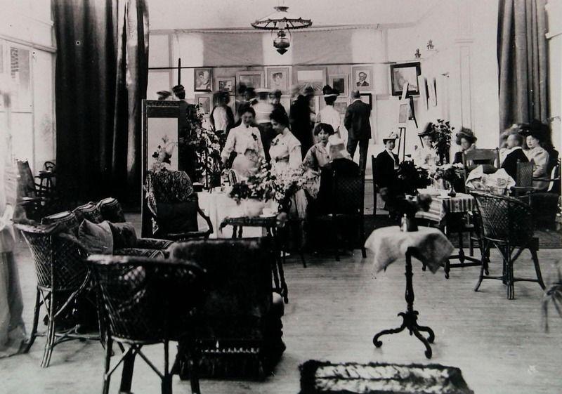 Expositie van Domburgse schilders in het Badpaviljoen, circa 1908. (Zeeuwse Bibliotheek, Beeldbank Zeeland)