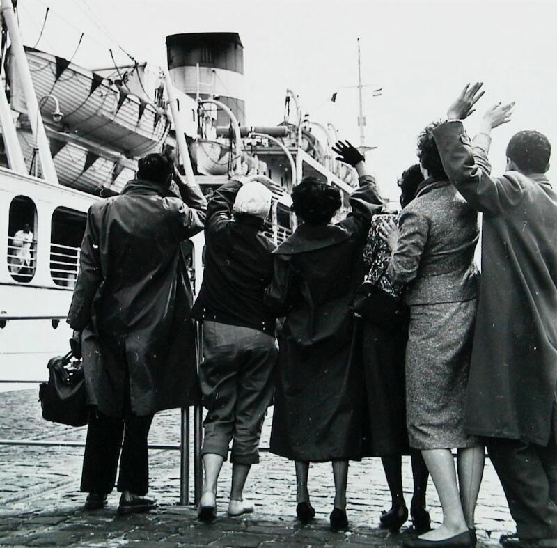Achterblijvers zwaaien emigranten uit in de haven van Vlissingen, 1956. (Zeeuwse Bibliotheek, Beeldbank Zeeland)
