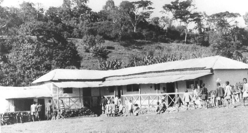 Een schoolgebouw met kinderen in de plaats Shappa Maliam, omstreeks 1973, waar diverse West-Zeeuws-Vlaamse emigranten terechtkwamen. (Zeeuwse Bibliotheek, Beeldbank Zeeland)