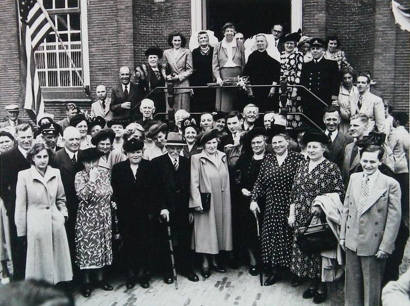 Eleanor Roosevelt (in het midden van de bordestrap van het gemeentehuis), echtgenote van Franklin Delano Roosevelt, bezoekt Oud-Vossemeer, 20 juni 1950. (Zeeuwse Bibliotheek, Beeldbank Zeeland)