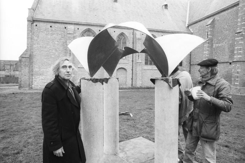 Nico van den Boezem (links) bij de plaatsing van zijn kunstwerk in Oud-Vossemeer. (Zeeuwse Bibliotheek, Beeldbank Zeeland, foto J. Wolterbeek)