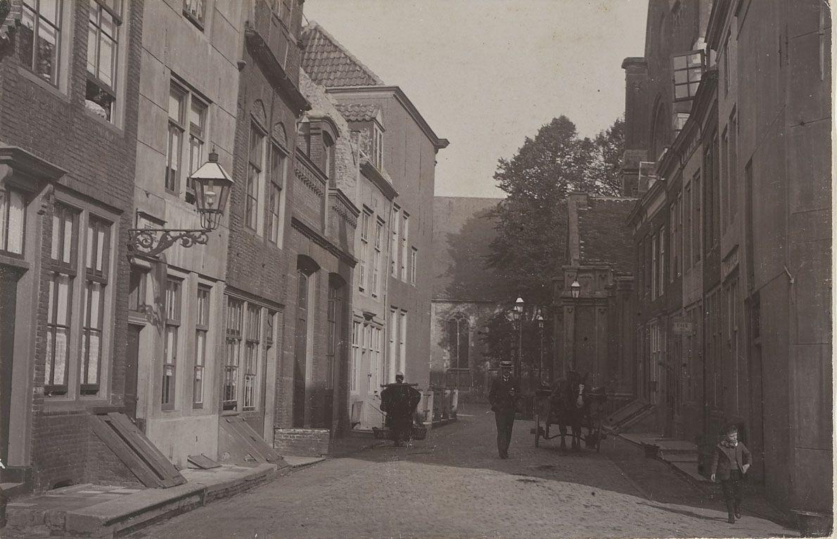 Kapoenstraat, Middelburg, rond 1900. Voorheen woonde hier Hans Lipperhey. Aan het eind van de straat is de Groenmarkt. De Kapoenstraat bestaat niet meer. (Zeeuws Archief, coll. Zeeuws Genootschap)