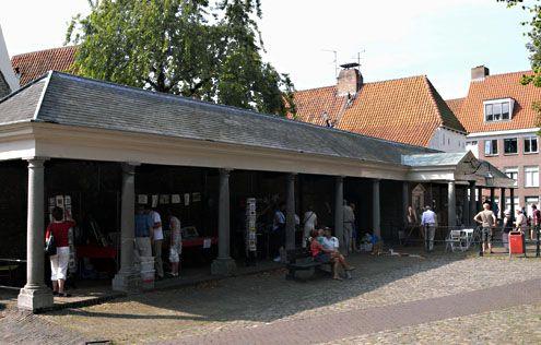 Op de Vismarkt in Middelburg wordt geen vis meer verhandeld. Vooral de periodieke antiek- en curiosamarkt trekt nu bezoekers.