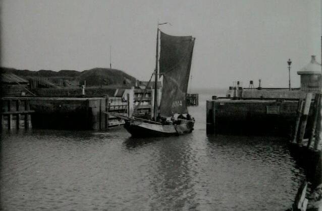 Vissersboot ARM 24 vaart de haven van Vlissingen binnen, circa 1920. (Zeeuwse Bibliotheek, Beeldbank Zeeland, foto J. van Westen)