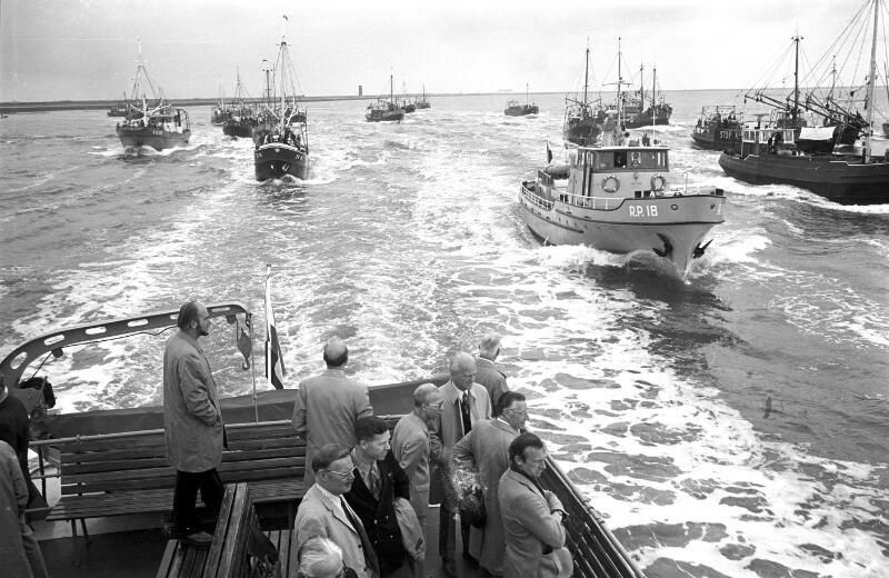 Tijdens een excursie van leden van Provinciale Staten op de Oosterschelde voeren vele vissers actie tegen de voorgenomen afsluiting. Het is 26 augustus 1972. (Zeeuwse Bibliotheek, Beeldbank Zeeland, foto C. Kotvis)