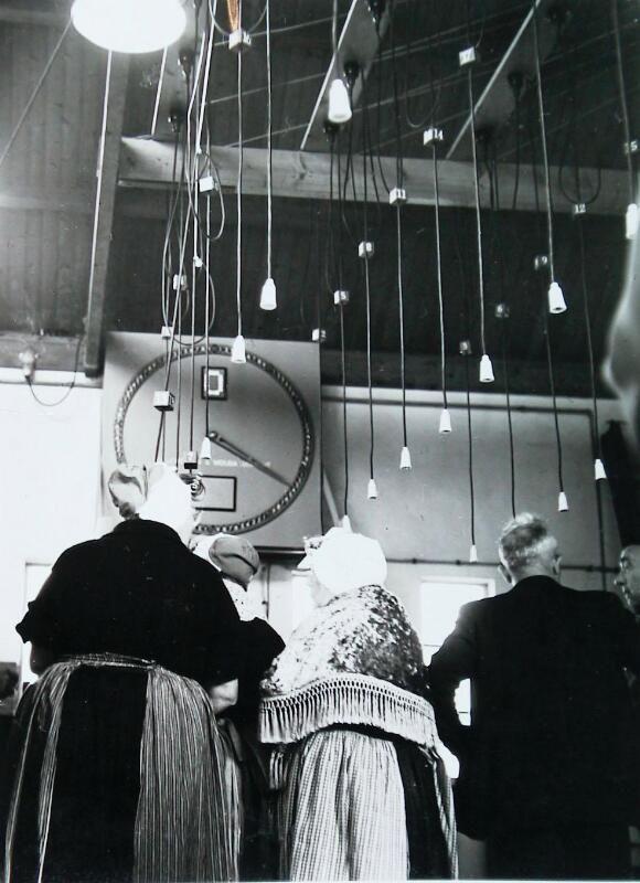 Op de visveiling van Vlissingen, oktober 1963. Alle aandacht gaat uit naar de veilingklok. (Zeeuwse Bibliotheek, Beeldbank Zeeland, foto W. Helm)
