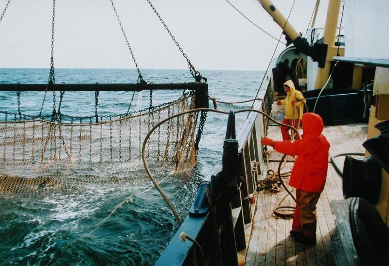 De netten van de ARM-44 Neeltje Jannetje worden uitgezet in de Noordzee, 2003. (Zeeuwse Bibliotheek, Beeldbank Zeeland, foto W. Helm)