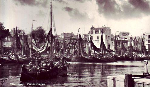 De vissershaven van Vlissingen. Veel van de (vooral Arnemuidse) vissersbootjes zijn al grotendeels van staal. Het duurt nog even voordat ze ook allemaal voorzien zijn van een motor. (Prentbriefkaart circa 1930, M. van Dintel)