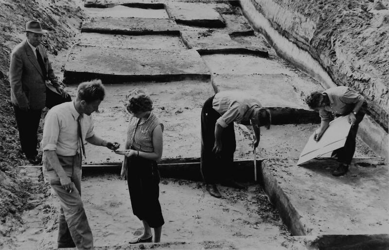 Opgraving Brabers bij Haamstede, met tweede van links provinciaal archeoloog Jan Trimpe Burger. (Zeeuwse Bibliotheek, Beeldbank Zeeland)