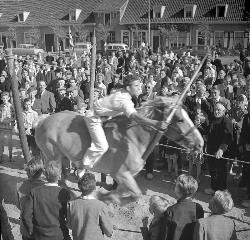 Ringrijden in Westkapelle, 1960. (Zeeuwse Bibliotheek, Beeldbank Zeeland, fotoarchief PZC)