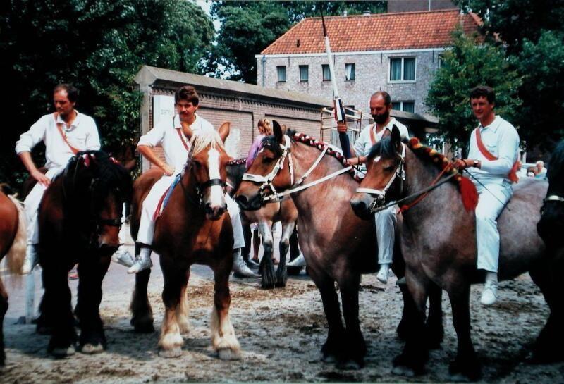 Zoutelandse ringrijders in Middelburg, omstreeks 1994. De deelnemers aan het ringrijden moeten zich volgens de regels geheel in het wit hullen, met een oranje sjerp over de rechterschouder. (Zeeuwse Bibliotheek, Beeldbank Zeeland, collectie Jan Bruijns)