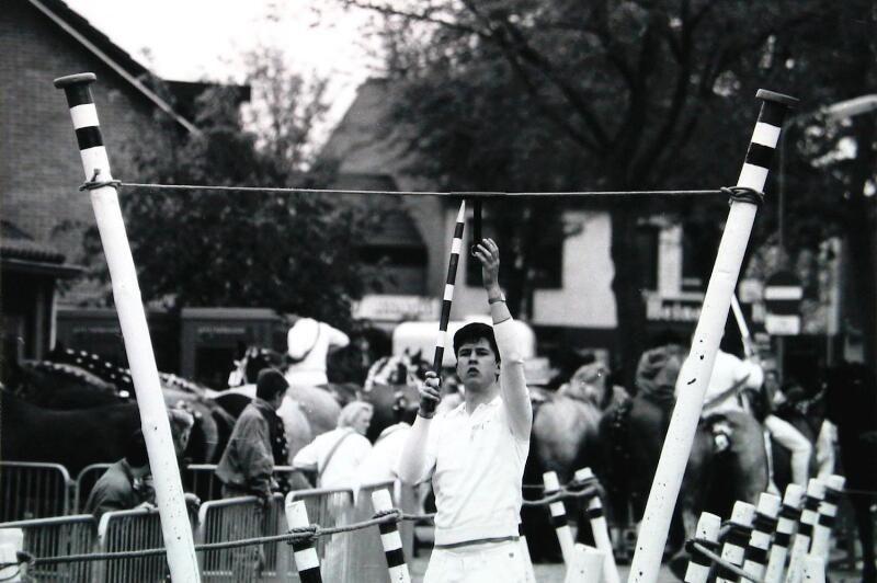 De ringoppasser hangt de ring in de bus. Oostkapelle 1991. (Zeeuwse Bibliotheek, Beeldbank Zeeland, foto W. Helm)