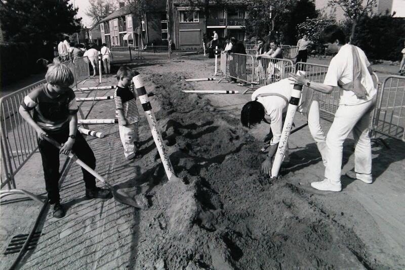 Opruimen van de baan na afloop van de wedstrijd. Oostkapelle 1991. (Zeeuwse Bibliotheek, Beeldbank Zeeland, foto W. Helm)
