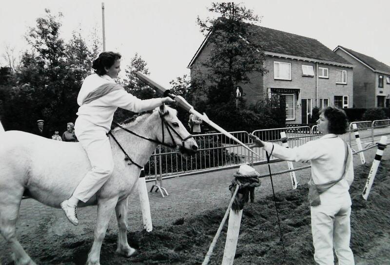 Een rijdster heeft raak gestoken en geeft de ring af aan de ringloper. Oostkapelle 1991. (Zeeuwse Bibliotheek, Beeldbank Zeeland, foto W. Helm)