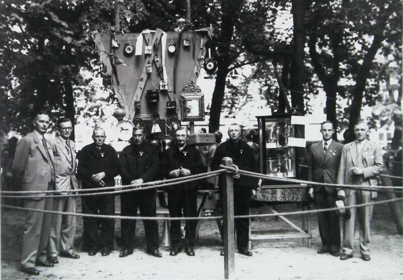 Het bestuur van de VVV met boerencommissie bij de prijzen in Middelburg, omstreeks 1937. (Zeeuwse Bibliotheek, Beeldbank Zeeland)