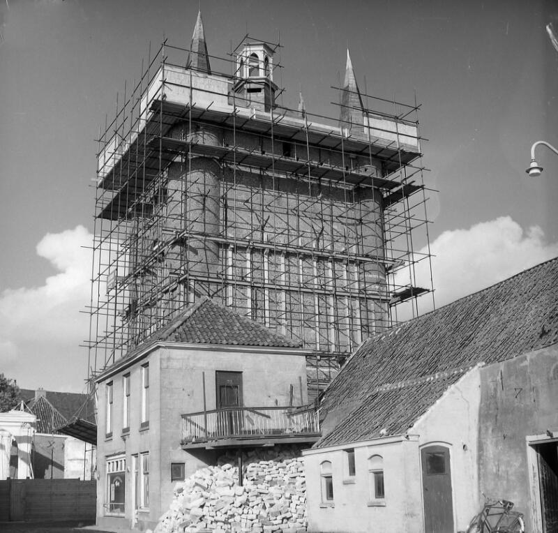 Restauratie van de poort, 1961. (Zeeuwse Bibliotheek, Beeldbank Zeeland, fotoarchief PZC)