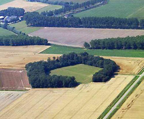 Fort Moerspui bij Zuiddorpe. Vanuit de lucht is het fort goed herkenbaar met zijn vijf hoeken vanwege de beplanting. (foto Provincie Zeeland)