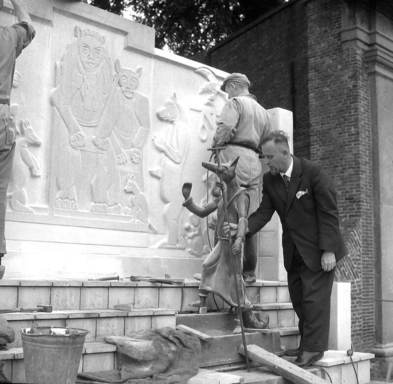 Werkzaamheden aan het monument voor de vos Reynaert, circa 1960. (Zeeuwse Bibliotheek, Beeldbank Zeeland, foto J. Midavaine)