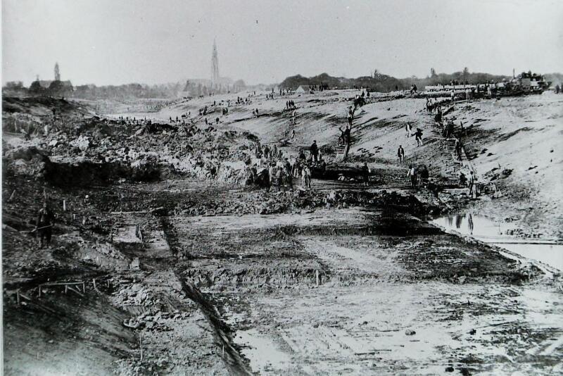Handwerk voor vele polderjongens. Hier het kanaal in wording tussen Middelburg en Vlissingen. Foto van circa 1870. (Zeeuwse Bibliotheek, Beeldbank Zeeland, foto A. Preuninger)