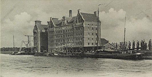 De meelfabriek van de firma wed. J.H.C. Kakebeeke Gz. aan het Kanaal door Walcheren met afgemeerde schepen, prentbriefkaart van omstreeks 1895. (Zeeuws Archief, coll. KZGW, Zelandia Illustrata)
