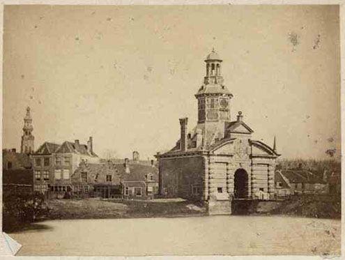Vlissingse Poort in Middelburg met daarachter het Vlissings Wagenplein. Foto uit 1865, slechts enkele jaren voor de sloop (1867-1868). (Zeeuws Archief)