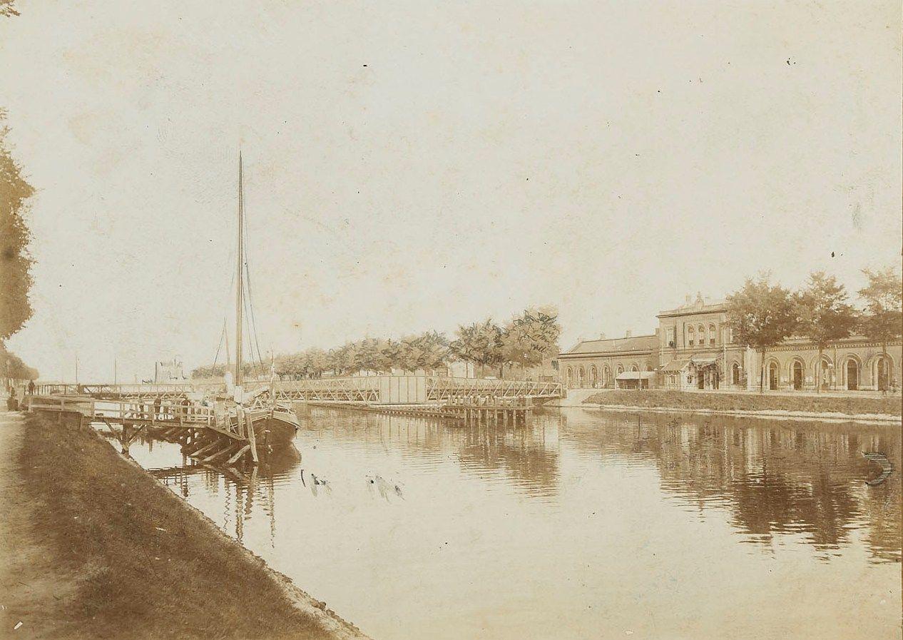 Kanaal door Walcheren met Stationsbrug en rechts het station. Foto omstreeks 1895. (Zeeuws Archief)