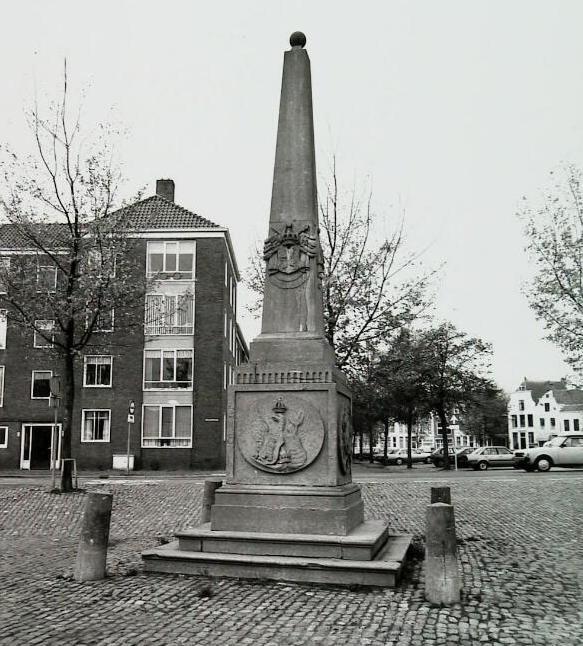 Gedenkteken voor de opening van het kanaal richting Veere in 1817. Rouaansekaai, Middelburg. (Zeeuwse Bibliotheek, Beeldbank Zeeland, foto A. van Wyngen)