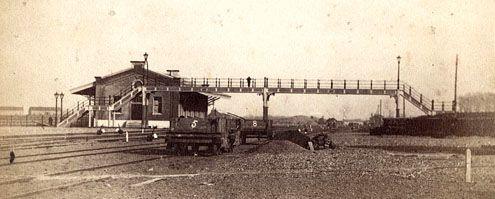 De ijzeren voetgangersbrug over het stationsemplacement in Middelburg. Foto uit 1872. (Zeeuws Archief)
