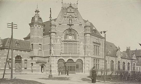 Spoorwegstation aan de Buitenhaven in Vlissingen omstreeks 1900. (Zeeuws Archief, coll. Zeeuws Genootschap, Zelandia Illustrata)