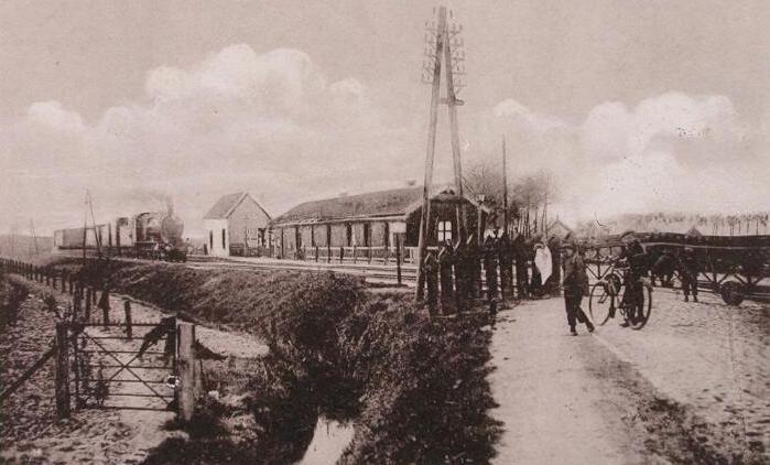 Station en Stationsweg in Rilland omstreeks 1920. Prentbriefkaart. (Zeeuwse Bibliotheek, Beeldbank Zeeland)