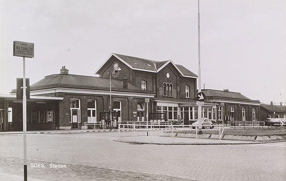 Het oude stationsgebouw in Goes. Prentbriefkaart uit 1970. (Zeeuws Archief, coll. Zeeuws Genootschap, Zelandia Illustrata)