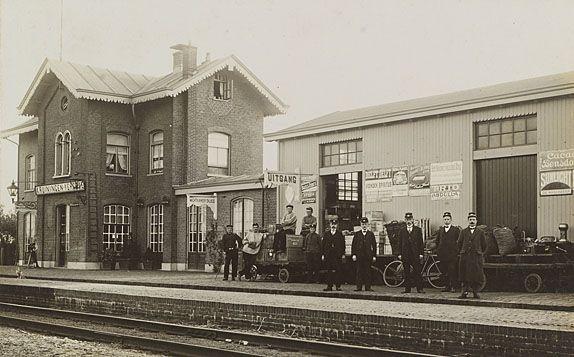 Spoorwegpersoneel poseert bij station Kruiningen-Yerseke omstreeks 1910. Prentbriefkaart. (Zeeuws Archief, coll. Zeeuws Genootschap, Zelandia Illustrata)