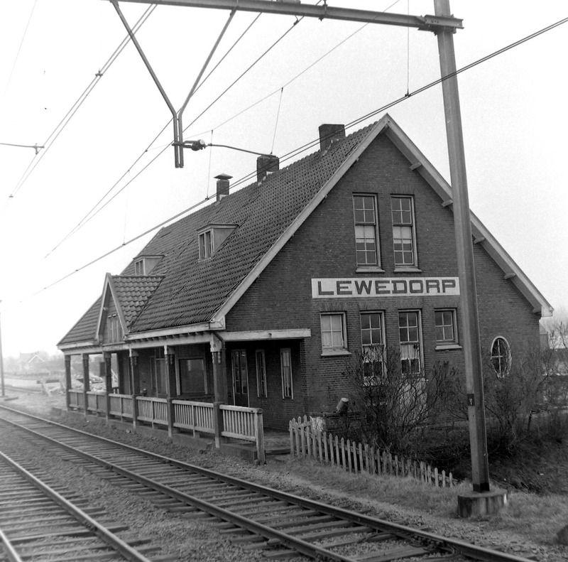 Het voormalige stationsgebouw in Lewedorp in 1961. (Zeeuwse Bibliotheek, Beeldbank Zeeland, foto J. Midavaine)