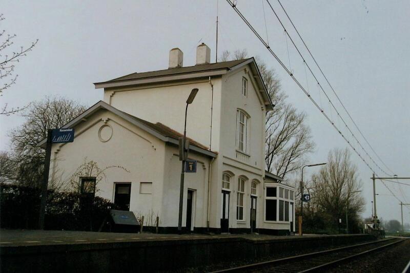 Het station in Arnemuiden werd in 1872 in gebruik genomen. De foto dateert uit 1998. (Zeeuwse Bibliotheek, Beeldbank Zeeland, foto W. Helm)