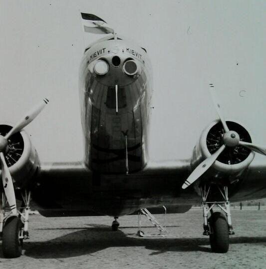 Een Douglas DC-2 met als naam 'Kievit' op vliegveld Haamstede, 2 september 1938. (Zeeuwse Bibliotheek, Beeldbank Zeeland, collectie Ten Kate-Zandijk, foto H. ten Kate)