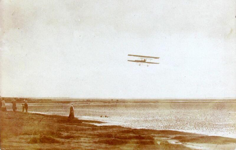 Demonstratie van de Belgische vliegenier Verstraeten boven het Scheldestrand nabij Bergen op Zoom, 11 september 1910. (Zeeuwse Bibliotheek, Beeldbank Zeeland, collectie Jasperse, P.J., foto Magnee)