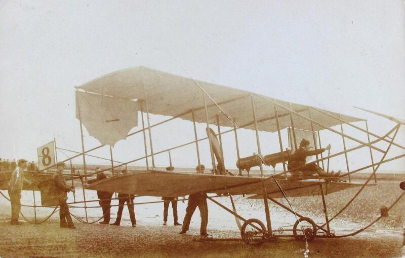 Dubbeldekker van vliegenier Verstraeten op het Scheldestrand nabij Bergen op Zoom, 11 september 1910. (Zeeuwse Bibliotheek, Beeldbank Zeeland, collectie Jasperse, P.J., foto Magnee)