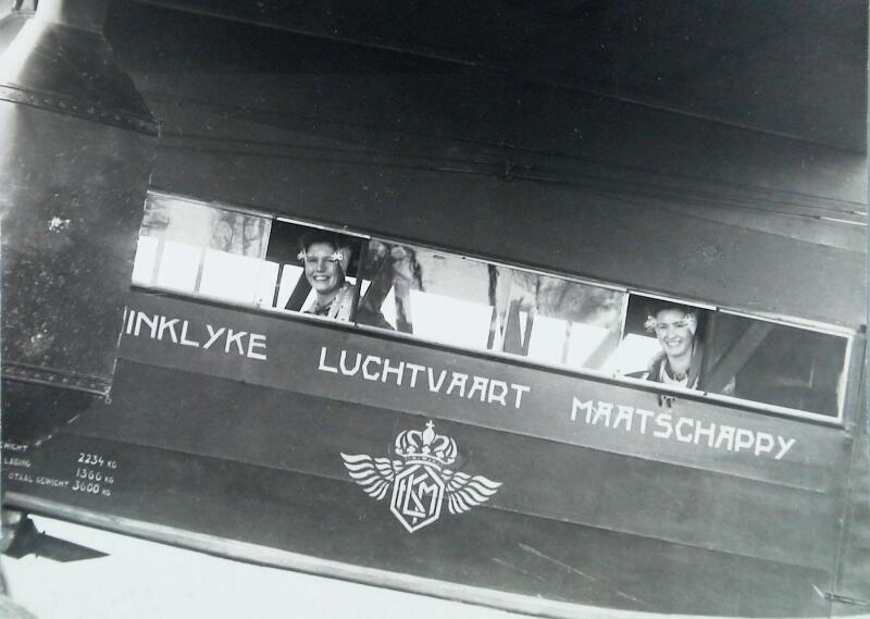 Vrolijke gezichten vanuit een KLM-toestel in Oost-Souburg tijdens de opening van de lijn Vlissingen-Haamstede, 1932. (Zeeuwse Bibliotheek, Beeldbank Zeeland)