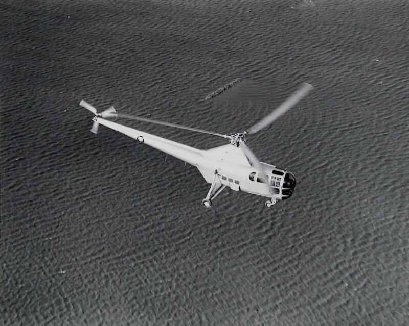 Helikopter boven Schouwen-Duiveland na de watersnoodramp in 1953. (Zeeuwse Bibliotheek, Beeldbank Zeeland, foto Aviodrome Luchtfotografie)
