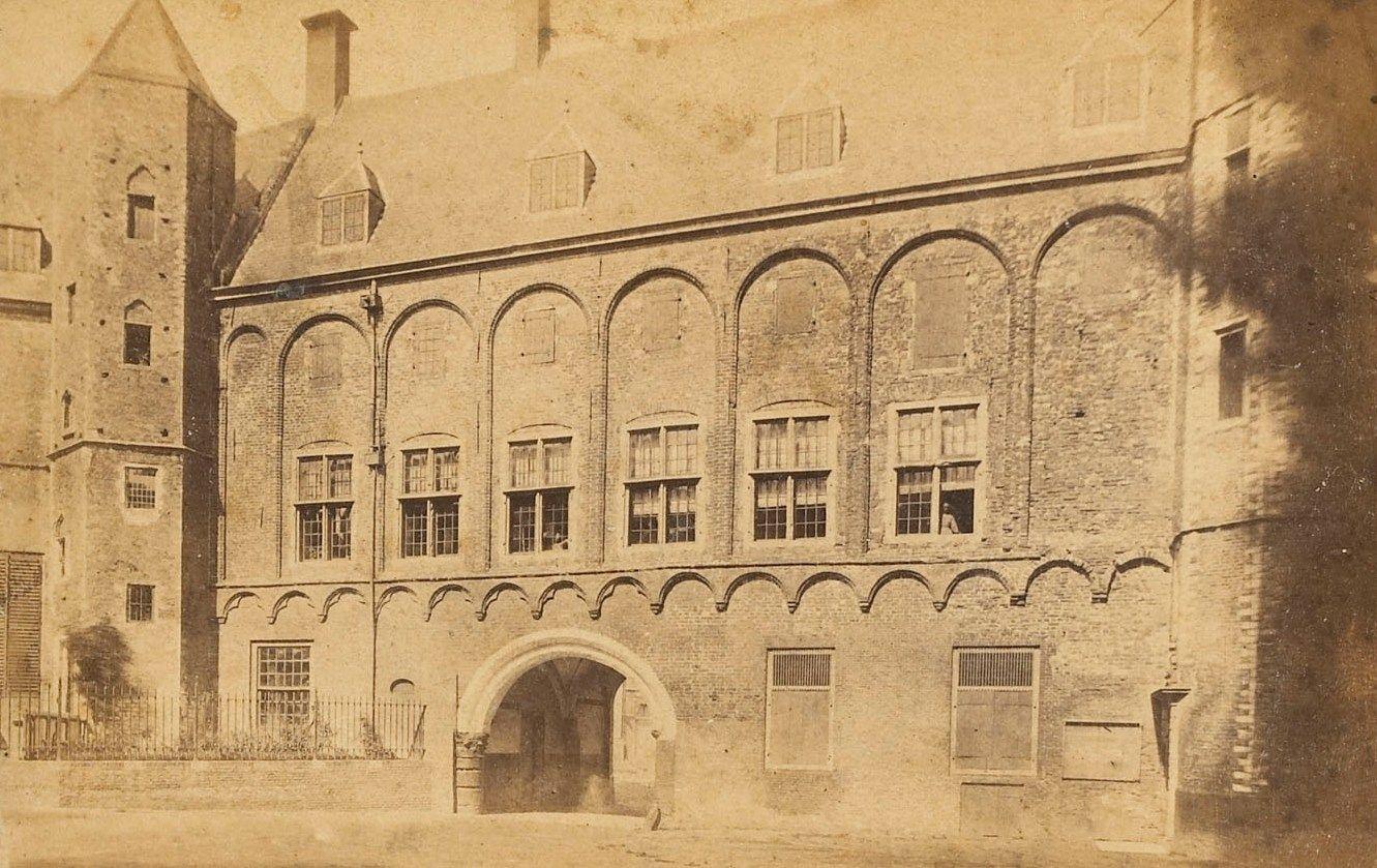 De Rekenkamer Zeeland zetelde in de vertrekken linksboven de poort van Balans naar Abdijplein in Middelburg. Deze foto is uit 1880. Het gebouw was toen in gebruik als archief. (Zeeuws Archief)