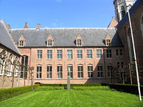 Het Abdijcomplex in Middelburg, gezien vanaf de Groenmarkt. De admiraliteitsraad vergaderde op de eerste verdieping. (Foto J. Francke, 2008)