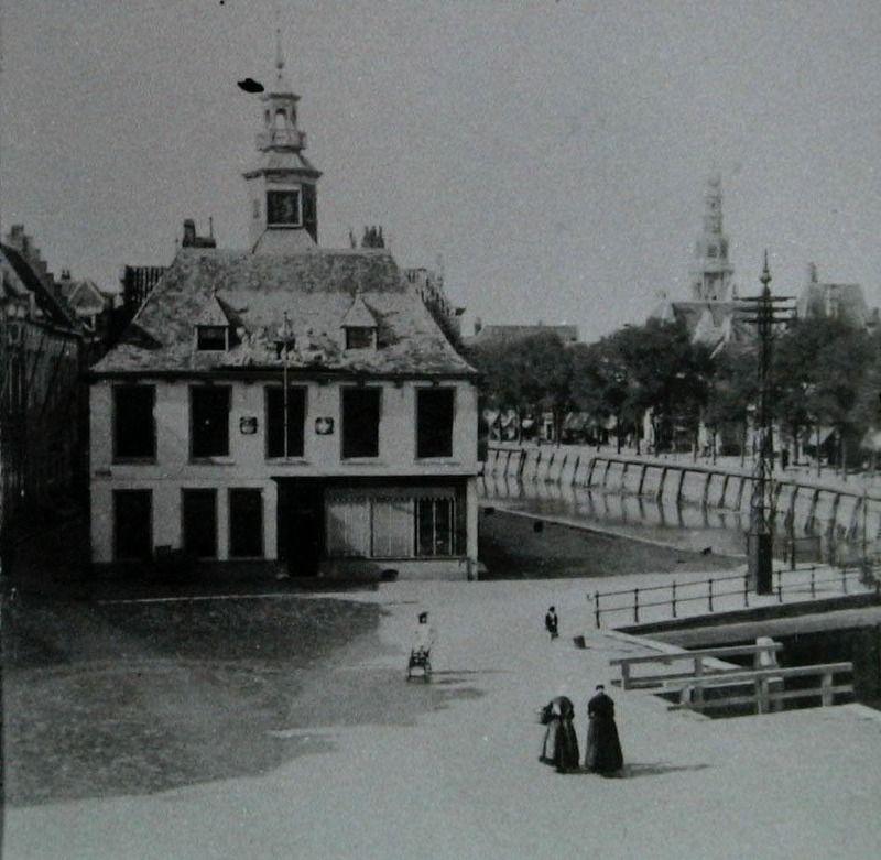 Langs de Bierkaai (nu Bellamypark) in Vlissingen stonden vroeger veel herbergen waar veilingen van prijsgoederen werden gehouden. In dit café op de foto uit 1902 was in de 17de eeuw de graanbeurs gevestigd. (Zeeuwse Bibliotheek, Beeldbank Zeeland)