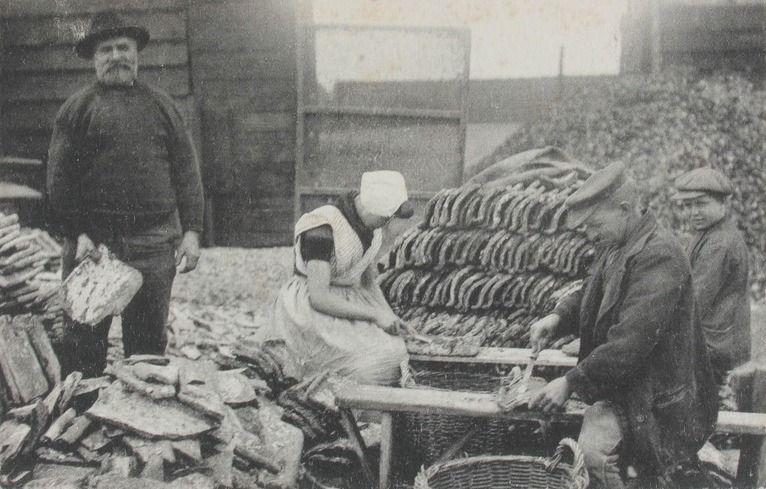 Jonge oesters van de pannen steken. (Zeeuwse Bibliotheek, Beeldbank Zeeland, collectie Van Oosten)