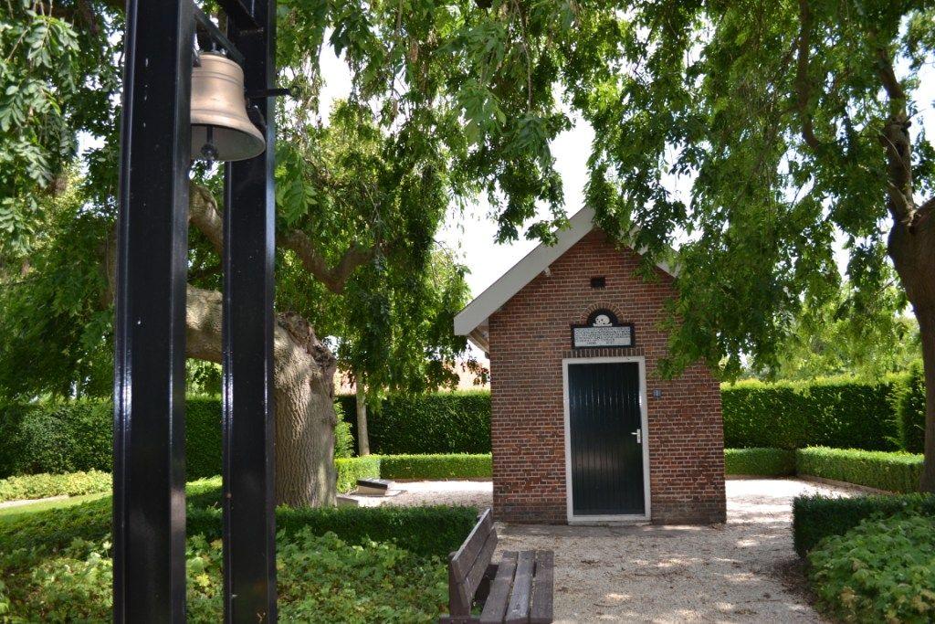 Klokkenstoel op het kerkhof van Sinoutskerke. (Beeldbank SCEZ)