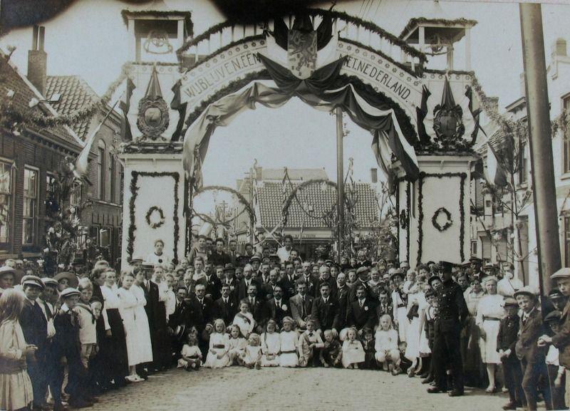 Feest in Terneuzen nadat de annexatiepogingen van België zijn mislukt, 1919. (Zeeuwse Bibliotheek, Beeldbank Zeeland)