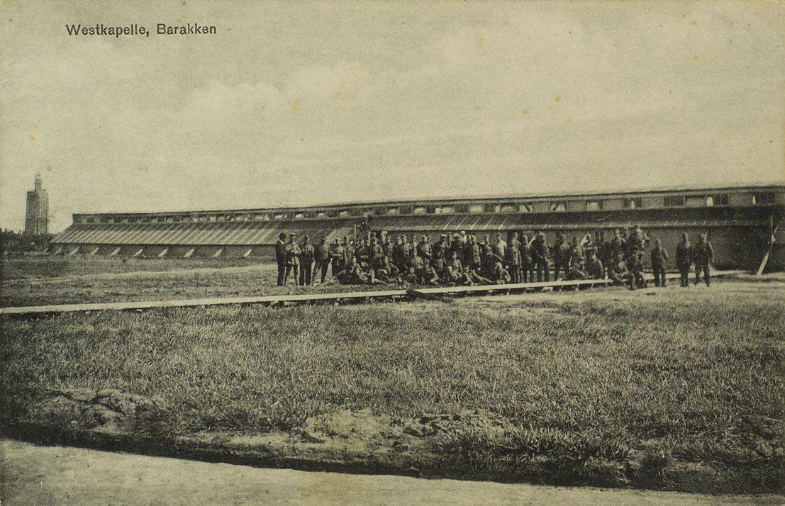 Barakkenkamp van gemobiliseerde militairen bij Westkapelle op het Zuidervroon. Prentbriefkaart, circa 1914-1916. (Zeeuws Archief, collectie Minderhoud)