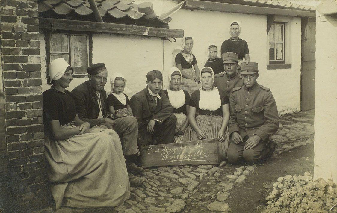 Bewoners van Westkapelle met de bij hen ingekwartierde gemobiliseerde soldaten. Knielend rechtsonder Jacobus Portengen, circa 1916. (Zeeuws Archief, collectie Minderhoud)