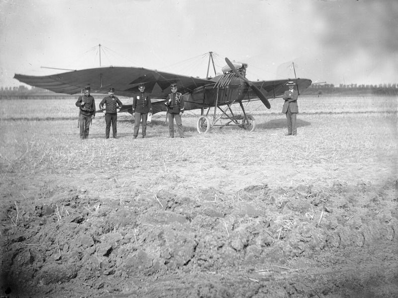 De Albatros Taube A29/13, een verkenningsvliegtuig van de Duitse Luftwaffe, werd op 20 augustus 1914 bij Oostburg aan de grond gezet. (Zeeuwse Bibliotheek, Beeldbank Zeeland)